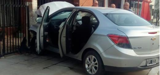 Entre Ríos: perdió el control de su auto, chocó al vehículo de su hijo y terminó contra el frente de una vivienda