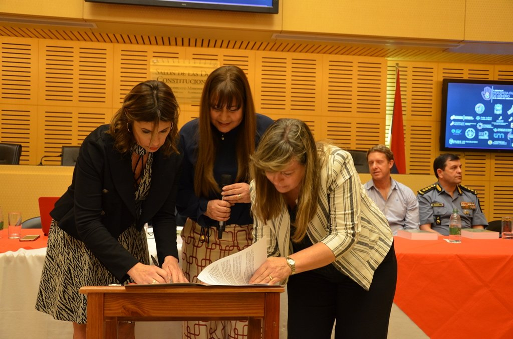 Con la participación de los tres Poderes del Estado y de diversas instituciones de la sociedad, se realizó la primera jornada sobre violencia familiar y de género