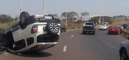 Vuelco en el Acceso Sur dejó a su conductor lesionado