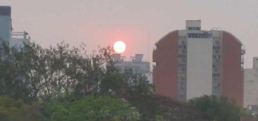 El humo en la atmósfera se mantendrá hasta el miércoles que lloverá e ingresará viento sur