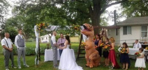 """Su hermana le pidió que sea su dama de honor y llegó a la boda """"vestida"""" de Tiranosaurio Rex"""