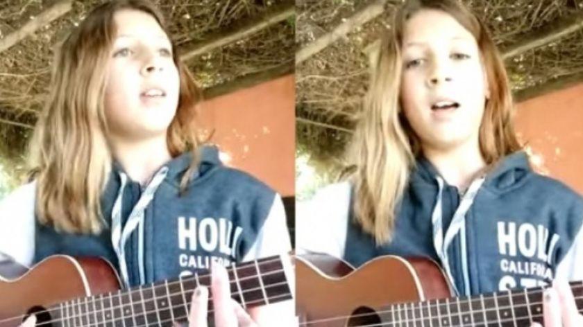 Tiene 12 años, interpretó una canción contra la violencia de género y se hizo viral