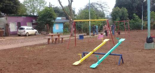 Reciclan madera de árboles caídos para fabricar bancos en plazas de Iguazú
