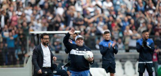 """Maradona, en su emotiva presentación como entrenador de Gimnasia: """"Nos vamos a jugar la vida"""""""