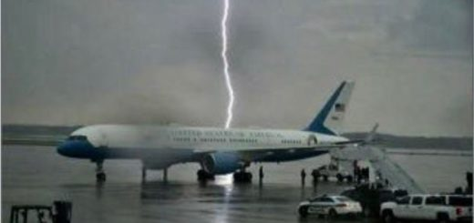 Susto: un rayo casi cae sobre el avión de Donald Trump