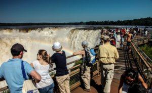Según un sondeo, el turismo es uno de los pocos sectores de la economía que se mantienen a flote