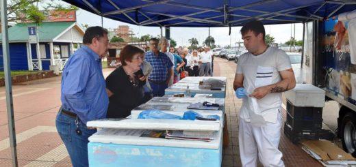 Cooperativa vende sus pescados y frutos de mar en un camión instalado en la Costanera de Posadas