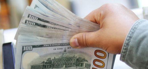 Previo a las elecciones, los argentinos compran más dólares para ahorrar y reales para sus vacaciones