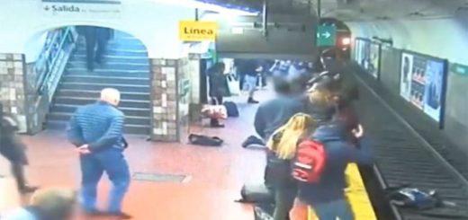 Impactante video: un hombre se desmaya sobre una mujer que cae a las vías del subte