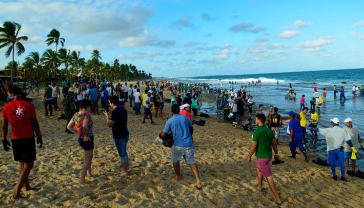 La mancha de petróleo llegó a las paradisíacas playas de Brasil: ya contaminó 7.400 kilómetros de costas