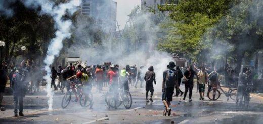 Chile: siguen los enfrentamientos entre manifestantes y la policía, amplían toque de queda y ya son 15 los muertos