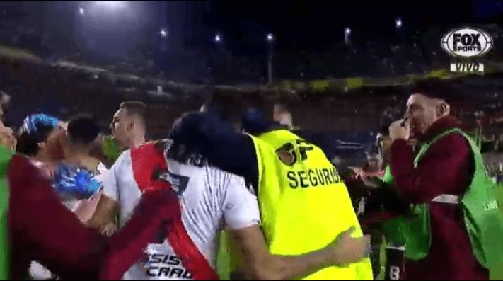 Despidieron a un empleado de seguridad que festejó con los jugadores de River en La Bombonera