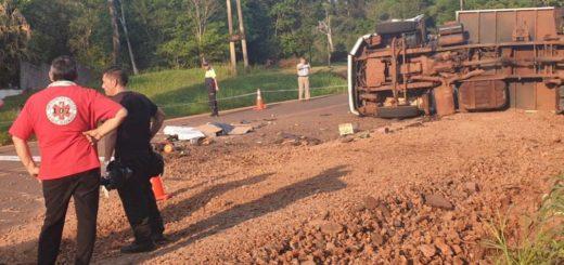 Eldorado: volcó un camión de basura en la ruta 17 y dejó dos fallecidos y un herido grave