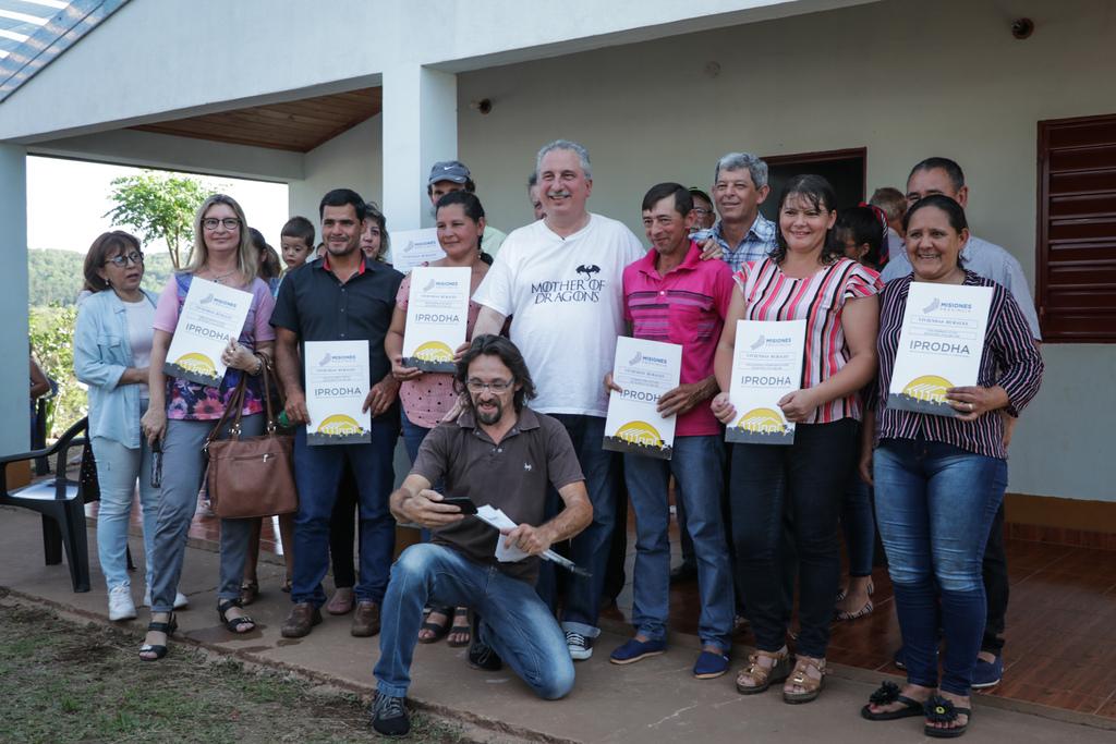 Passalacqua entregó casas rurales e inauguró un sum en Itacaruaré