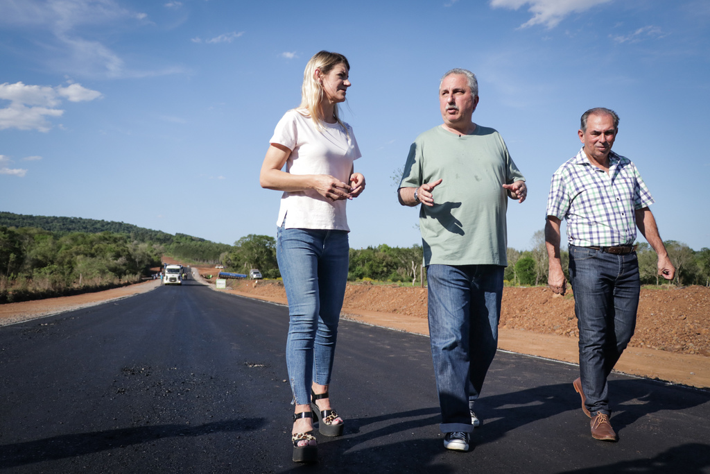 Passalacqua recorrió las obras de asfaltado del acceso a Almafuerte