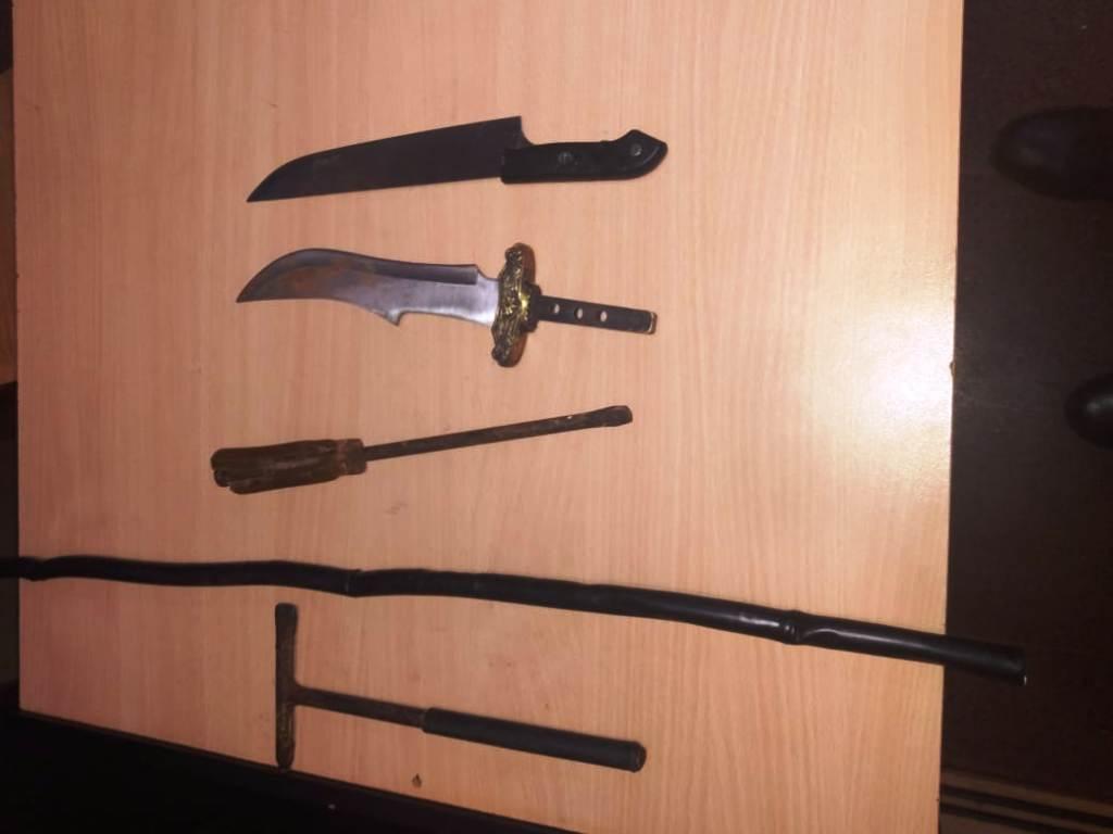 Descomunal desorden en el barrio Aeroclub de Posadas terminó con seis detenidos: se incautaron cuchillos, estacas y un arma de fuego