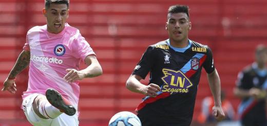 Argentinos derrotó a Arsenal y alcanzó a Boca en la cima de la Superliga