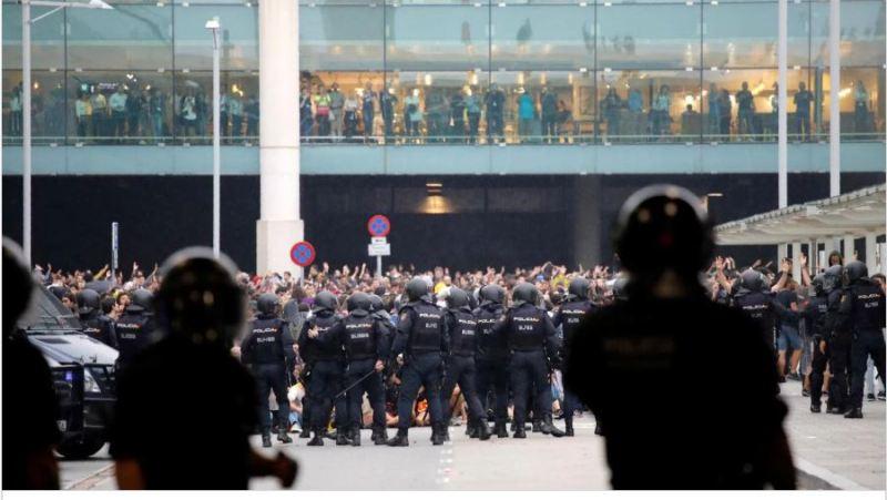 Barcelona: fuerte represión policial a los independentistas catalanes que intentaron bloquear el aeropuerto