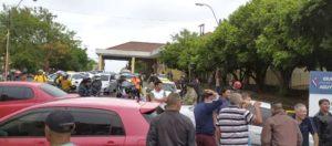 Corte en el acceso a Encarnación: paseros impidieron el tránsito en la cabecera del puente internacional San Roque González de Santa Cruz