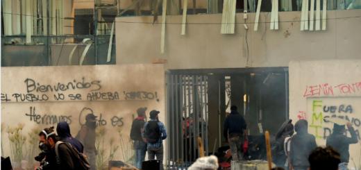 Crisis en Ecuador: los indígenas tomaron un edificio público y la Policía desaloja a balazos