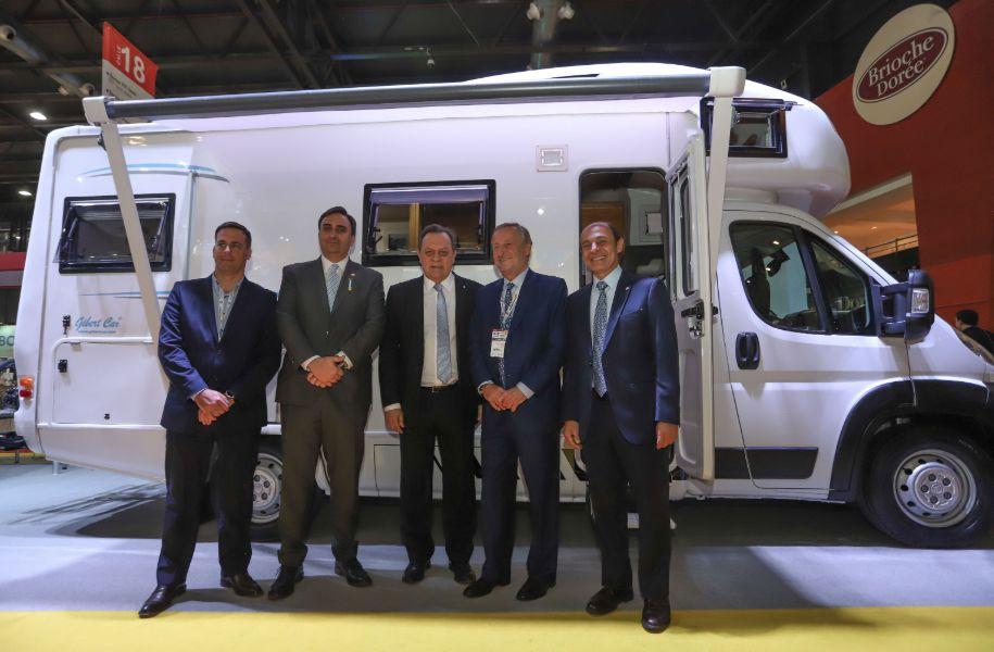 Presentan tres vehículos diseñados para el sector turístico