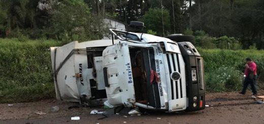 Vuelco del camión municipal en Eldorado: aseguran que los recolectores iban dentro de la cabina