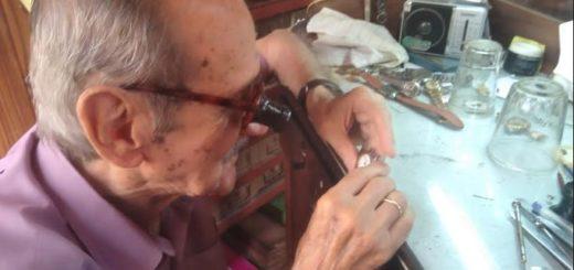 Dueño del tiempo: un emblema de la relojería rememora sus 73 años de oficio en Posadas