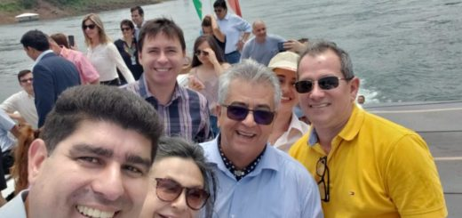 """Iguazú y Presidente Franco unidas por un catamarán: con el slogan """"Tres naciones, dos ríos, un lugar"""" se dió inicio a la travesía trinacional"""