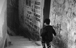 """Nuevo informe social de la UCA relevó que """"la mitad de los niños y niñas del país enfrentan déficit en las condiciones de hábitat"""""""