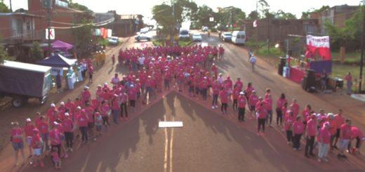 Puerto Esperanza: cientos de vecinos formaron un lazo rosa para concientizar sobre la prevención del cáncer de mama