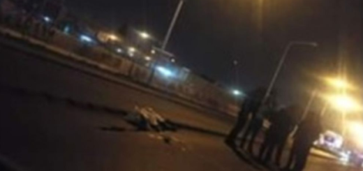 Una mujer fue arrojada desde un auto y murió atropellada por un camión