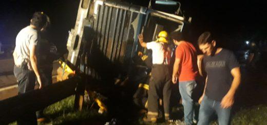 Capiovi: camión volcó sobre ruta 12