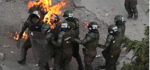 Chile: dos carabineras fueron quemadas con bombas molotov durante las manifestaciones