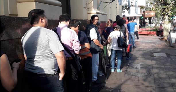 Bancos posadeños abarrotados de clientes tras el feriado bancario