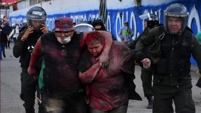 Manifestantes opositores torturan y humillan a una alcaldesa en Bolivia