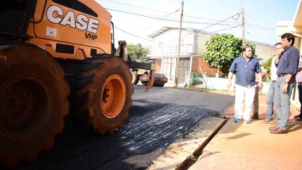 Losada supervisó los trabajos de asfaltado en el barrio Las Malvinas
