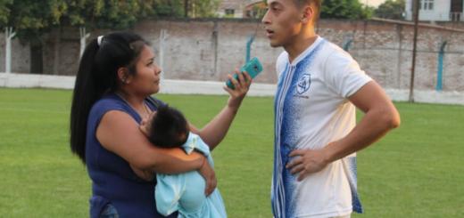 Periodista y madre: cubrió un partido de fútbol con su hijo en brazos y las fotos se hicieron virales