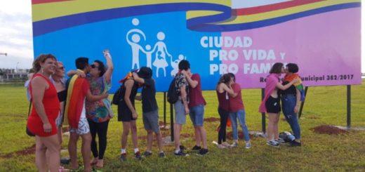 """La comunidad LGBTI+ protestó a los besos frente al cartel """"provida"""" y """"profamilia"""" de Encarnación"""
