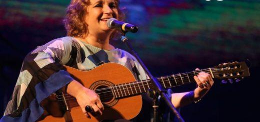 Yamila Cafrune subió al escenario del Festival Nacional de la Música del Litoral acompañada por músicos regionales