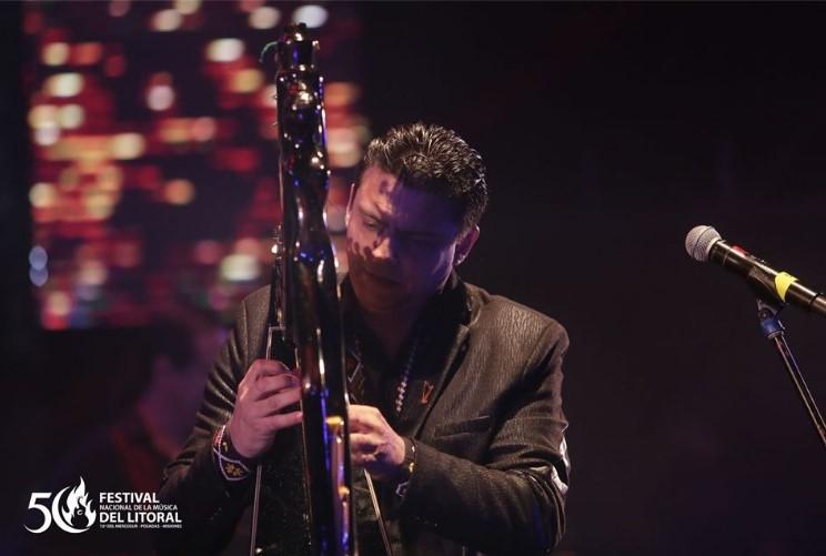 Marcelo Rojas deslumbró al público con las mejores melodías en arpa paraguaya en el Festival del Litoral
