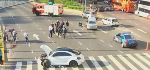 Un futbolista se metió de contramano en pleno Obelisco y chocó de frente a otro auto