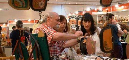 Gran concurrencia de público en el tercer día de exposiciones de la novena edición de laFeria de Artesanía del Mercosur en Puerto Iguazú