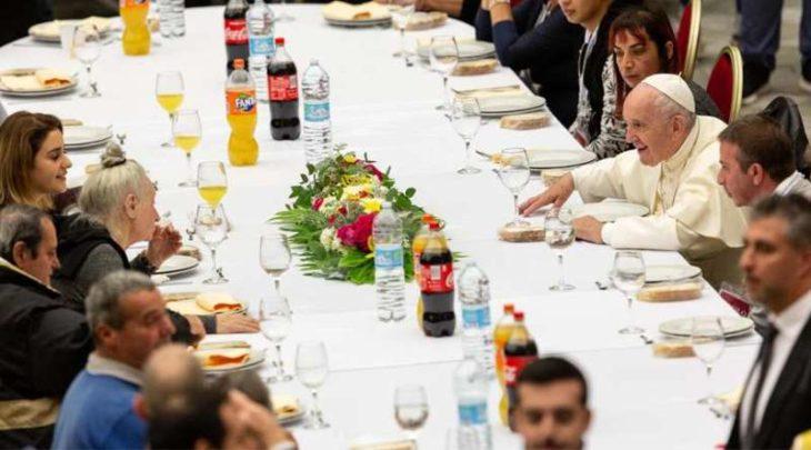 El Papa Francisco almorzó en el Vaticano con 1.500 pobres llegados de varias diócesis de Italia