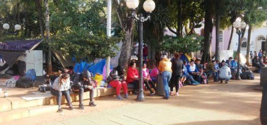 Unos 200 tareferos se instalaron en la plaza 9 de Julio de Posadas para reclamar tarjetas sociales y canastas navideñas, entre otros puntos