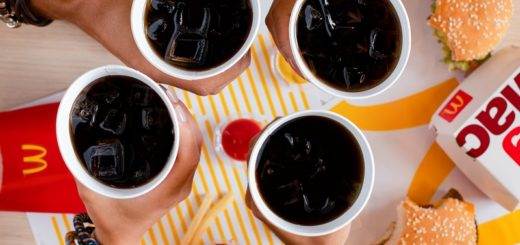 McDonald's removió 200 toneladas de plástico en el último año y dejará de entregar sorbetes y tapas en sus locales