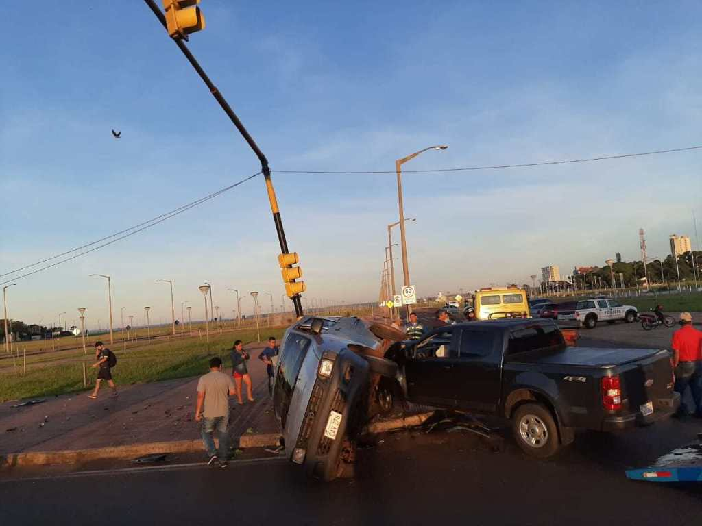 Un furgón terminó incrustado contra un poste tras un choque en Encarnación