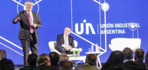 """Alberto Fernández en la UIA: """"No vamos a premiar a los que especulan, vamos a ayudar a los que producen"""""""