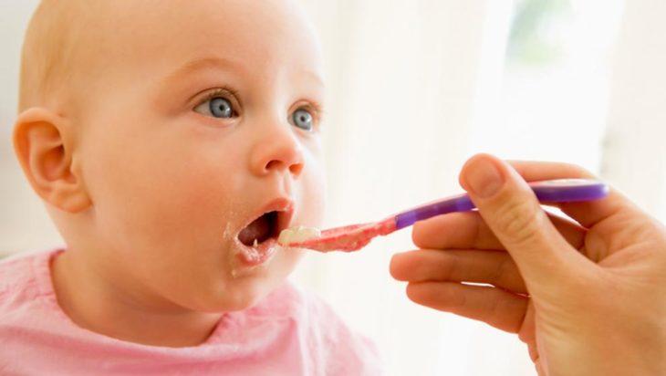 Nutrición: riesgos de dar sal y azúcar a niños menores de un año