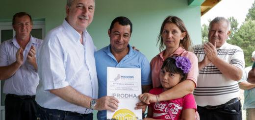 """Passalacqua destacó el ejemplo de trabajo de las familias rurales, al entregar viviendas en Paraje """"El Progreso"""" de Colonia Aurora"""