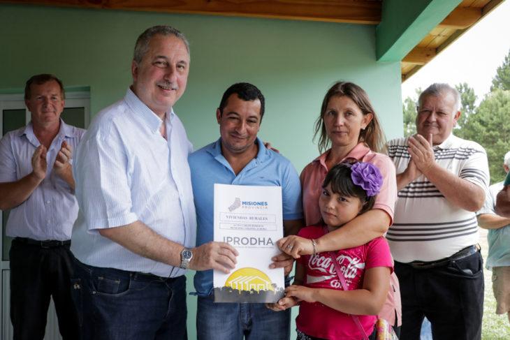 Passalacqua destacó el ejemplo de trabajo de las familias rurales, al entregar viviendas en Paraje «El Progreso» de Colonia Aurora